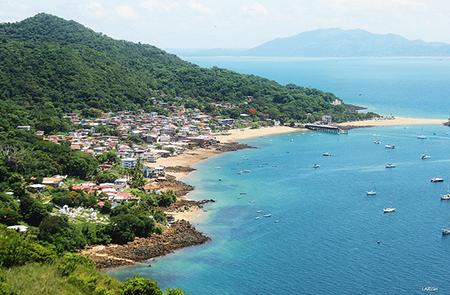 Isla Taboga full of vegetation and a bright blue sea