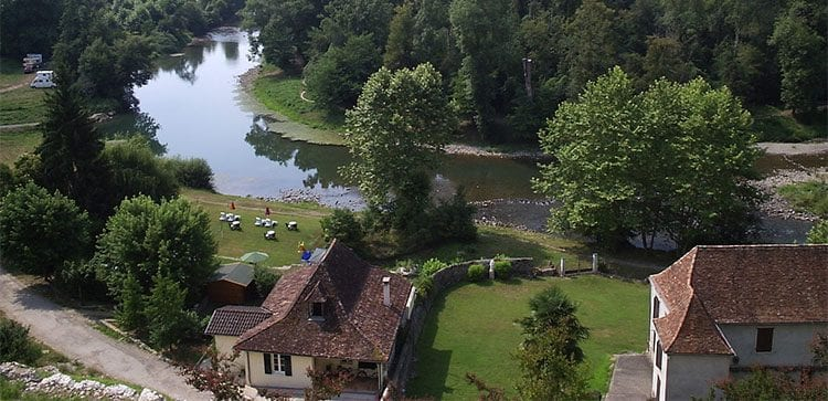 Retiring in Bearn comes with movie-like sceneries like the Sauveterre de Bearn.