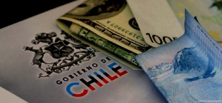 Preparing documents and money to pay taxes in Chile.