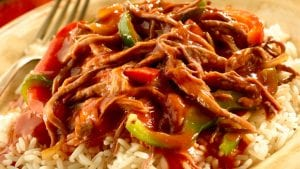 Ropa Vieja con Arroz (shredded beef with rice).