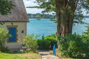 a stone house on the banks of the Morbihan bay