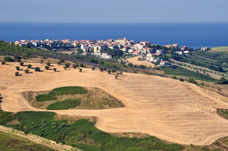 abruzzo italy rolling fields