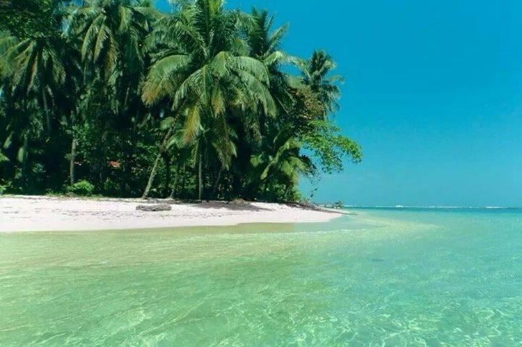 Clear waters in Cayo Zapatilla, Panama